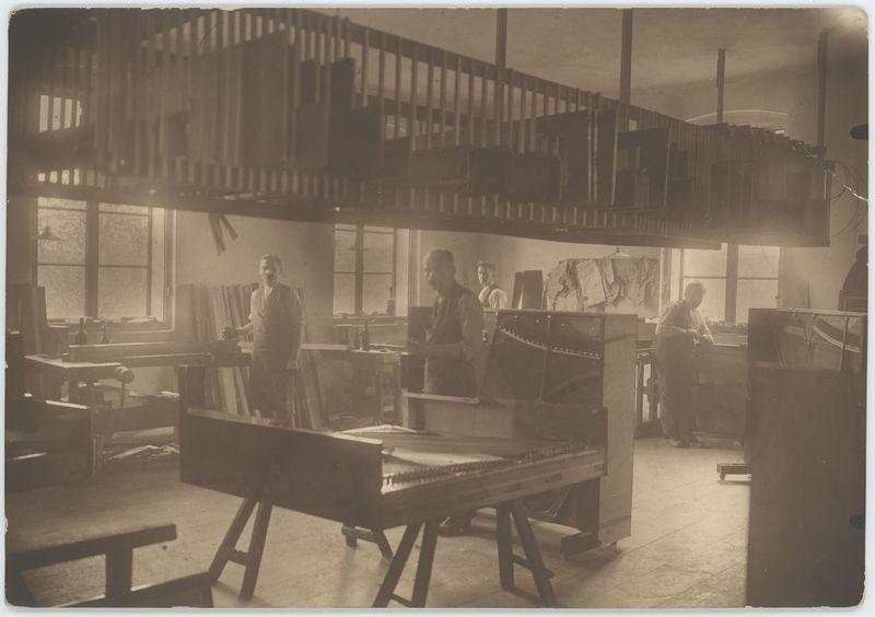 Wnętrze warsztatu w Fabryce Pianin Aleksandra i Karola Fibigerów