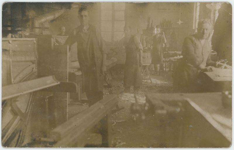 Wnętrze warsztatu w Fabryce Pianin i Fortepianów Aleksandra i Karola Fibigerów