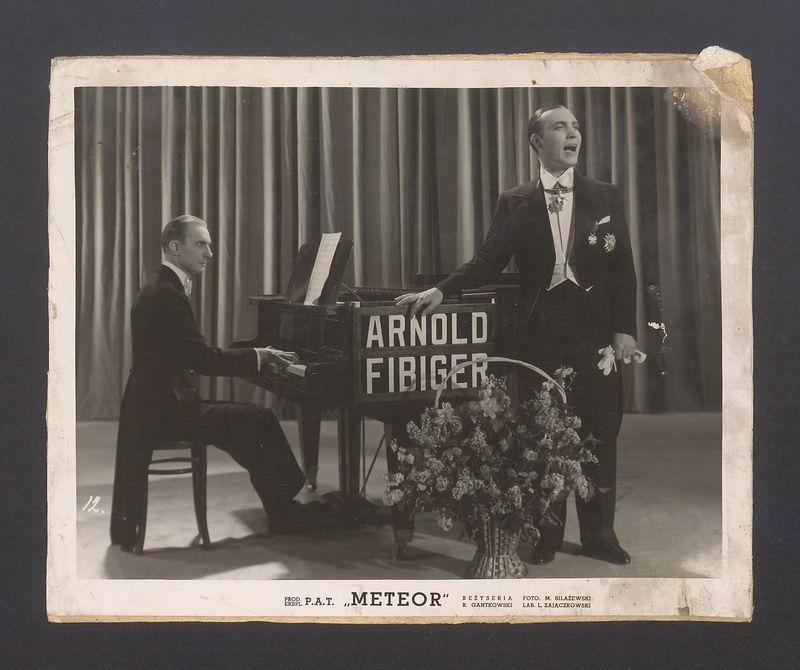 Jan Kiepura przy fortepianie z Fabryki Fortepianów i Pianin Arnold Fibiger w Kaliszu
