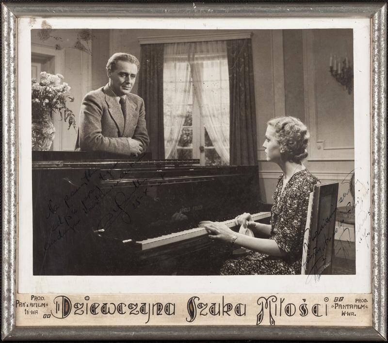 """Zdjęcie z filmu """"Dziewczyna szuka miłości"""" Na planie fortepian Arnolda Fibigera"""