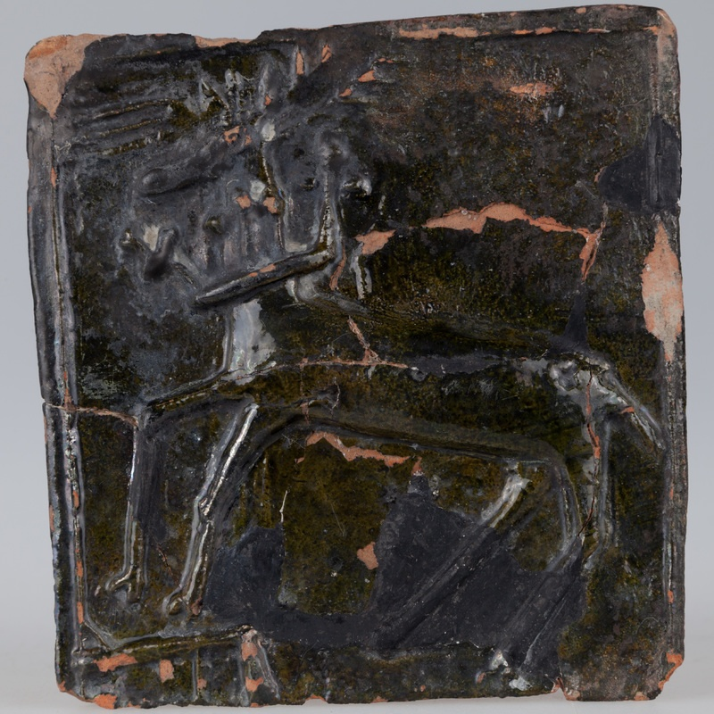 Kafel z wizerunkiem jelenia z koroną na szyi