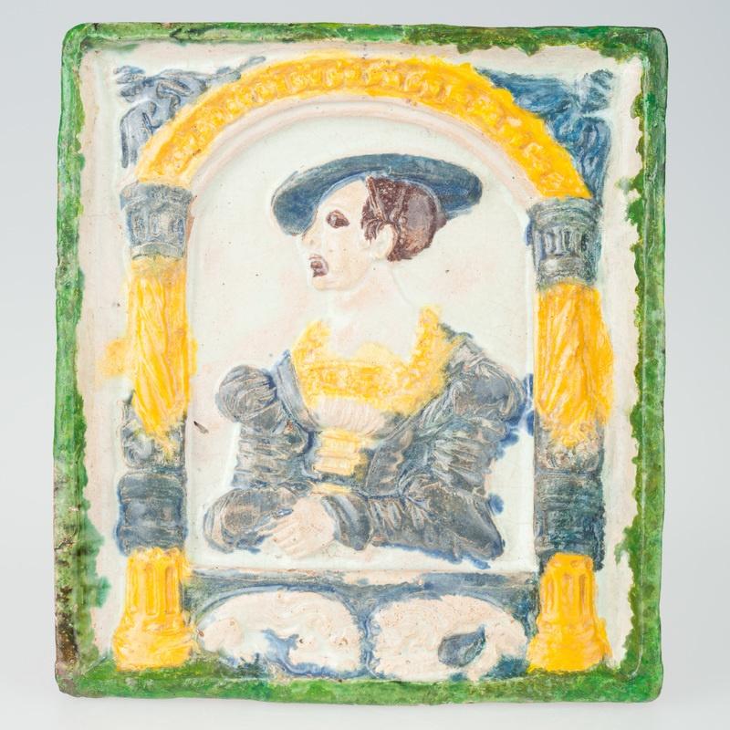 Kafel z postacią w arkadzie w stroju renesansowym