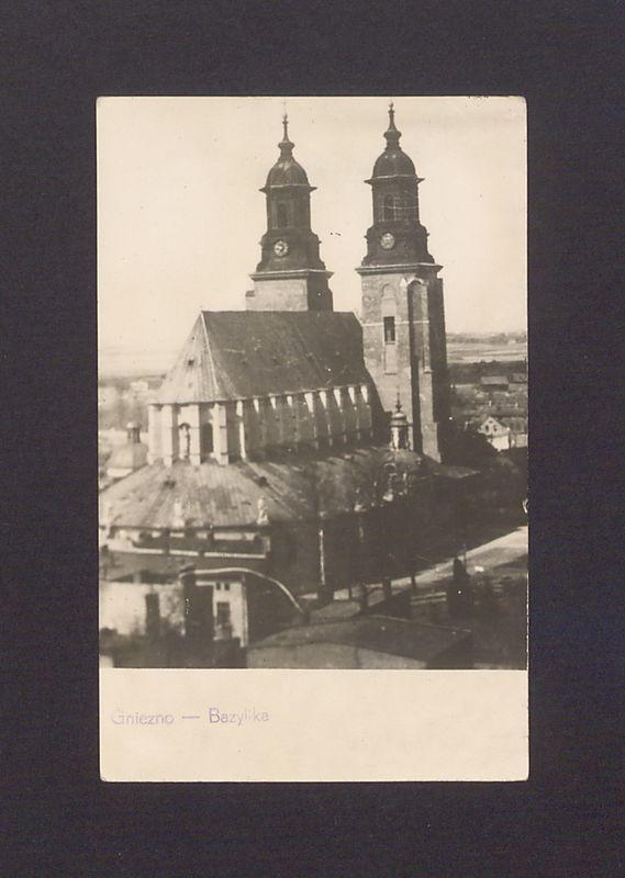 Widok na katedrę z wieży kościoła franciszkanów.