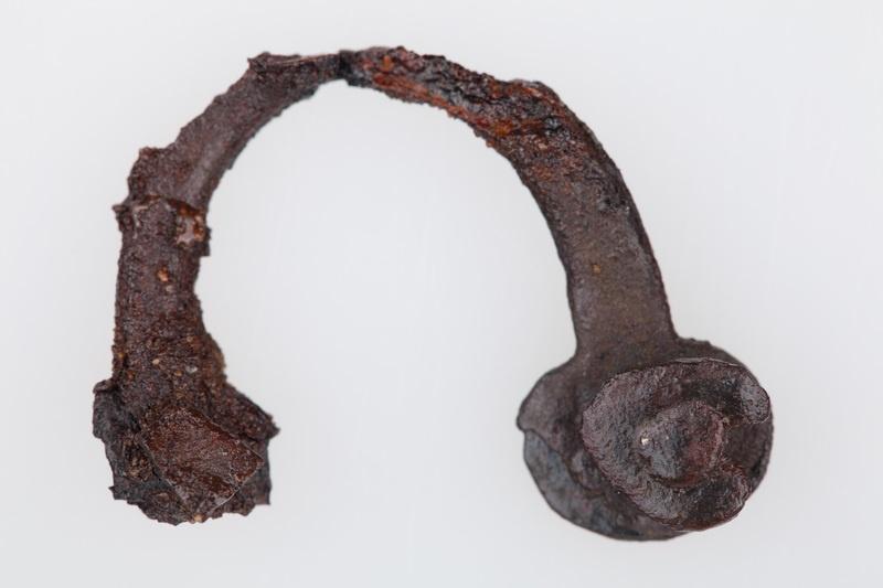 Żelazna zawieszka w formie kabłąka