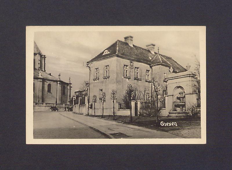 Widok z ulicy Łaskiego na bazylikę, zabudowania kanonii i źródełko.