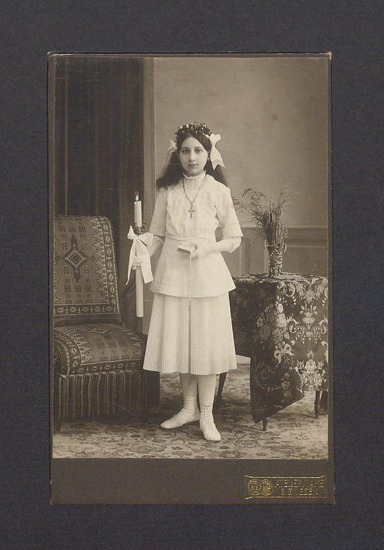 Portret komunijny dziewczynki.