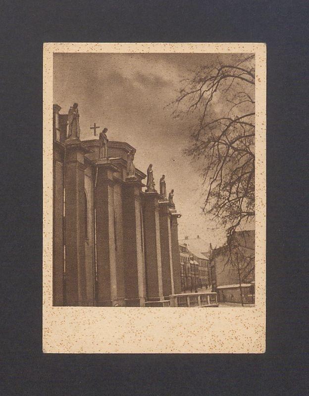 Gniezno - katedra. Skarpy bazyliki uwieńczone rzeźbami świętych i błogosławionych.