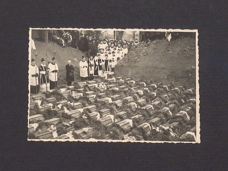 Uczestnicy powtórnego pogrzebu pomordowanych w Rawiczu.