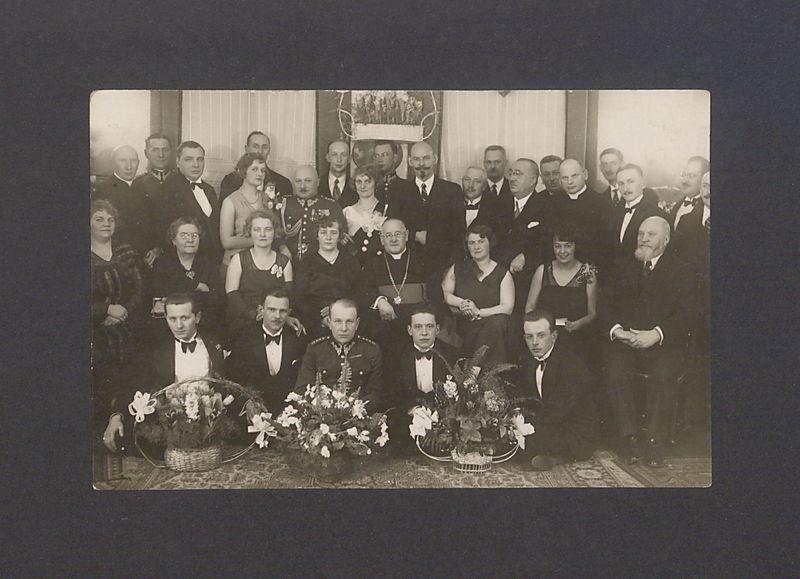 Wśród sfotografowanych księża: Stanisław Tłoczyński i Mateusz Zabłocki oraz prezydent Gniezna Leon Barciszewski i Bolesław Kasprowicz.