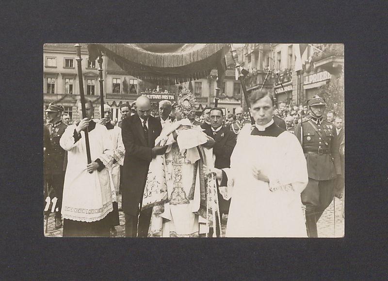 Uroczystości odsłonięcia pomnika Bolesława Chrobrego. W procesji biorą udział prezydent Rzeczypospolitej Ignacy Mościcki i prezydent Gniezna Leon Barciszewski.
