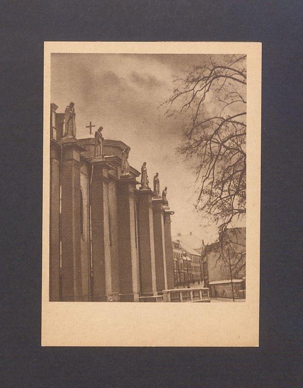 Skarpy bazyliki uwieńczone rzeźbami świętych i błogosławionych polskich.