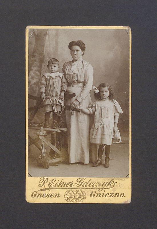 Portret Wiktorii Scholtz z dziećmi, Teklą i Dionizym.