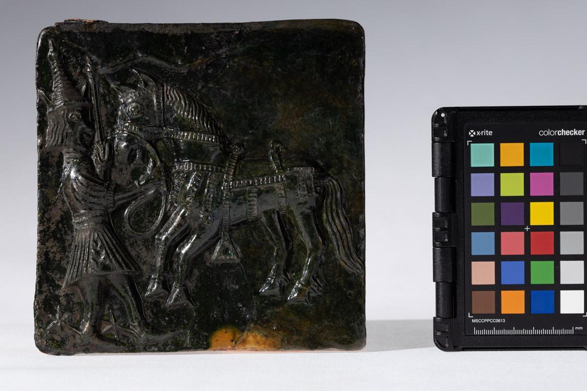 Kafel z motywem postaci trzymającej konia