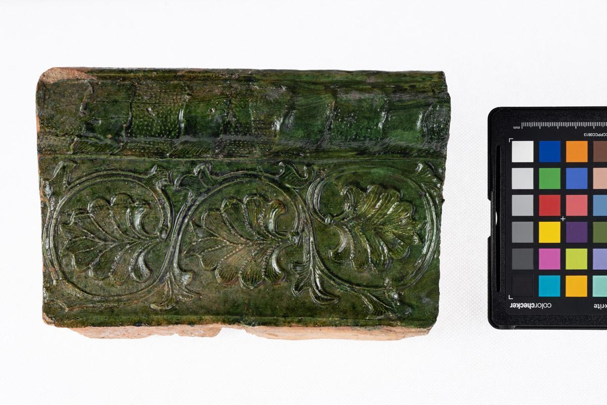 Kafel z motywem roślinnym